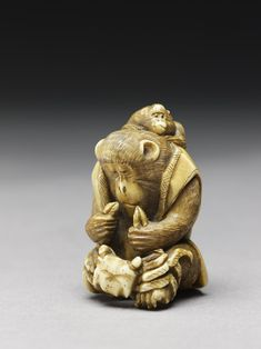 Netsuke in the form of a monkey holding a crab - Ashmolean Museum. Japanese Folklore, Japanese Art, Katana, Taipei, Year Of The Monkey, Pet Day, Japanese Characters, Monkey Business, Asian Art