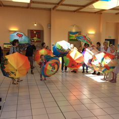 Parapluies d'art d'Anne Poiré et de Patrick Guallino au musée.