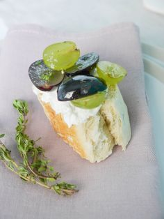 Thymebaguette with goatcheese and grapes