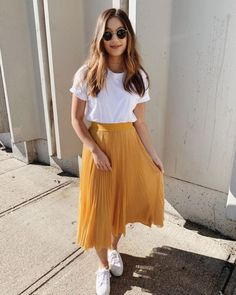 Outfits hermosos con faldas midi para darle un descanso a tus jeans Beautiful outfits with midi skirts to give your jeans a rest Yellow skirt fashion with sunglasses for summer discountedsunglas … Trendy Summer Outfits, Casual Skirt Outfits, Mode Outfits, Spring Outfits, Yellow Skirt Outfits, Midi Skirt Casual, Yellow Skirts, Casual Summer, Style Summer