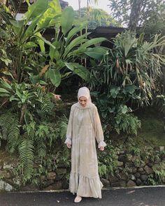 Discover recipes, home ideas, style inspiration and other ideas to try. Hijab Gown, Hijab Style Dress, Casual Hijab Outfit, Ootd Hijab, Model Baju Hijab, Moslem Fashion, Kebaya Dress, Modele Hijab, Arab Girls Hijab