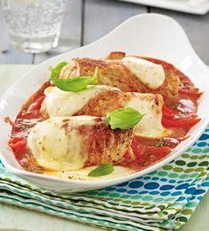 Gefüllte Putenröllchen aus dem Ofen Rezept: Paprika,Zwiebel,Knoblauchzehe,Mozzarella,Putenschnitzel,Salz,Pfeffer,Pesto,Olivenöl,Tomaten,Kräuter,Zucker,Holzspießchen