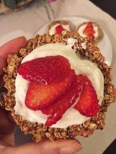 Volete togliervi uno sfizio, dolce e goloso? Ecco la ricetta dei cestini di avena con yogurt greco e fragole! Ottimi per grandi e piccini!