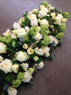 Rouwwerk voorjaar wit Funeral Flower Arrangements, Funeral Flowers, Floral Arrangements, Wedding Flowers, Pedestal, Monday Pictures, Cemetery Flowers, Christmas Tablescapes, Centerpieces