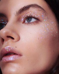 Lemonhead Glitter, Emma Stone Makeup, Gem Makeup, Hair Makeup, Glitter Makeup Looks, Luxury Cosmetics, Cool Undertones, Loose Glitter, Rainbow Quartz