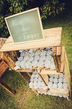 Foto por Union Imagens ❤ Aline & Fagner em Guarapari/ES.  Decoração de casamento rústica com caixotes para exposição dos potinhos de geléia - lembrancinha do casamento. | Rustic wedding