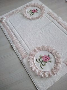 Kaneviçeli ayak havlusu.Sipariş alınır Cross Stitching, Cross Stitch Embroidery, Embroidery Patterns, Hand Embroidery, Bathroom Towel Decor, Bathroom Crafts, Pink Bathroom Accessories, Kids Bath Mat, Bed Cover Design