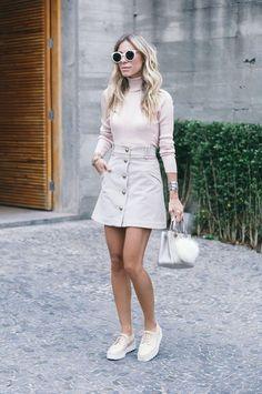 Blusa de gola alta, saia de botões cinza, tênis rosa claro