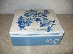Pudełko wykonane techniką Decupade.Serwetka, spękacz dwuskładnikowy i relief.