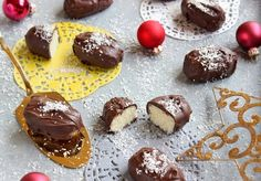 Ropogós csokoládékéreg alatt puha és édes töltelék. Kókuszos, csokis és finom . . . a sütis tálat is gazdagíthatjuk ezzel... Food And Drink, Pudding, Sweets, Plates, Recipes, Licence Plates, Dishes, Gummi Candy, Griddles