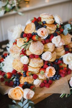 Cheap Wedding Cake With Puff Pastry With Fresh Berries And Fresh Blooms Wedding Reception Food, Brunch Wedding, Wedding Catering, Wedding Ideas, Catering Logo, Catering Events, Catering Ideas, Cheap Wedding Cakes, Wedding Desserts