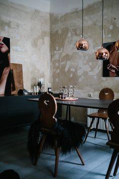 Concrete walls in an inspiring Berlin apartment full of contrast - design - Silke Leinstasse photo - Jules Villebrandt.