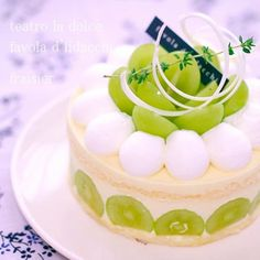 シャインマスカットのフレジェ Bakery Recipes, Dessert Recipes, Deco Fruit, Fruit Cake Design, Decoration Patisserie, Kawaii Dessert, Mango Cake, Healthy Sweets, How Sweet Eats