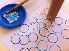 Utilizámos tinta cenográfica azul e um rolo de papel higiénico para estampar as bolas que representam o mar. Recortei em papel a car...