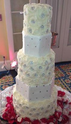 .beautiful white wedding cake