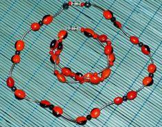 Collar y pulsera de Huairuros Los huairuros son una semillas oriundas del Perú, son pequeñas muy parecidas a un frejol (por el tamaño, forma y consistencia), son de color rojo con manchas negras. También se encuentran en gran parte de Bolivia.