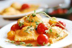 I ravioli di pesce sono una raffinatissima pasta fresca  tipica della tradizione ligure. Ci sono come al solito molte varianti della ricetta,  ripieno con o senza verdura, di solo pesce, oppure con uova e formaggio, la nostra preferita è questa, provatela per una cena di festa.