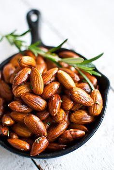 Mandorle arrosto con rosmarino e olio d'oliva