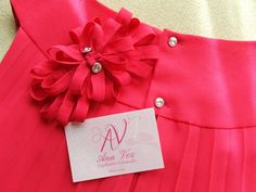 Tocados Ana Vez , diseños personalizados detalle del pelo y vestido por la parte de atrás. Prendedor para el pelo, look informal. Vestido de la firma Pili Carrera.