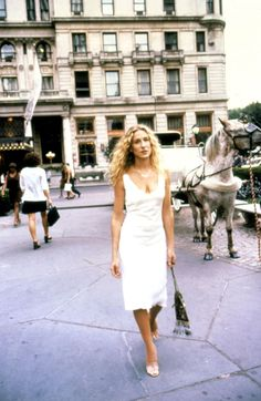 See Sex and the City's Carrie Bradshaw's (Sarah Jessica Parker) style from the early days of the hit HBO show in 1998 to the first and second Sex and the City movies. Carrie Bradshaw Outfits, Carrie Bradshaw Estilo, Carrie Bradshaw Shoes, Zara Fashion, 90s Fashion, Fashion Trends, Fashion Dresses, Fashion Tips, City Outfits