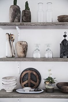 Rustic floating shelves with great weathered textured Chef Kitchen Decor, Kitchen Dining, Kitchen Display, Kitchen Shelves, Interior Styling, Interior Design, Deco Boheme, Küchen Design, Rustic Interiors