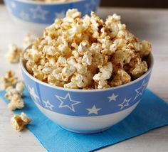 Sweet & spicy popcorn: Cook the microwave popcorn according to the packet instructions. Tip into a large bowl. Sprinkle over the spices, then pour over the agave syrup. Stir and serve warm or pour into a bag and take to work as an afternoon snack. Spicy Popcorn, Healthy Popcorn, Sweet Popcorn, Flavored Popcorn, Popcorn Recipes, Healthy Snacks, Snack Recipes, Cooking Recipes, Unislim Recipes