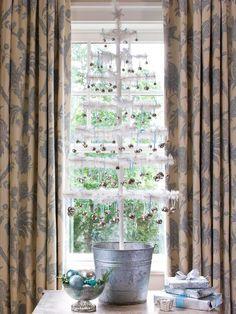 arbre de noël sapin artificiel de couleur blanche avec des boules