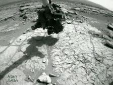 Камера марсохода Curiosity сделала занятный снимок на красной планете. На нем видно, что с поверхности Марса взлетает неопознанный объект. Некоторые интернет-пользователи предположили, что на фото запечатлен корабль пришельцев.