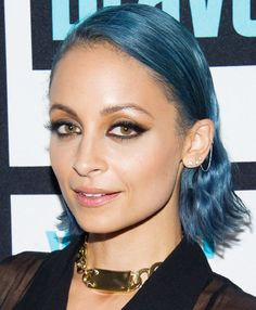Nicole Richie debuted bright blue strands and a perfectly executed daytime smoky eye. // #beautylooks