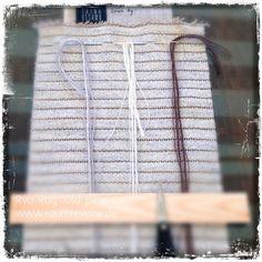 """Zum Nähen des Rya Rug mit dem Motiv """"Old pine"""" brauchst Du drei Nadeln für weiße, graue und braune Fäden, den Stramin sowie ein Holzlineal. Dann kann es losgehen. Das Näh-Set für den 2 Meter langen, 20 cm breiten Ryijy Wandteppich ist in unserem Shop erhältlich. Du benötigst nur eine eigene Schere, etwas Zeit und Geduld. Eine deutsche Anleitung liegt bei. Oder komm im Shop vorbei, wir zeigen Dir gern die finnische Nähtechnik. #DIY"""