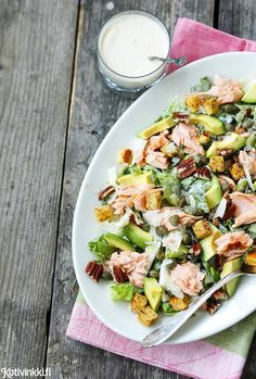 Caesar-salaatti saa herkullisen makunsa anjoviksella ja parmesaanilla maustetusta kastikkeesta. Tämän version kruunaavat avokado ja savulohi.