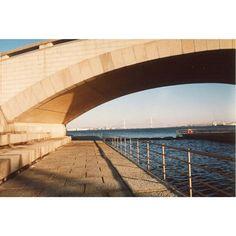 【novustojkovic】さんのInstagramをピンしています。 《横浜 黄昏 。  藍色の海  濃い藍色が好きな1枚 フィルムからデジタルに移行して 目まぐるしく進化してる技術も 意識の中の藍色を表現出来てない気がする。 記憶の色に近いフィルムの発色が 撮影時の頃の自分の色に近い  zeiss-vT  fujifilm with T-zoom  #sea #海 #keepfilmalive #sky #過去空 #そら #藍色 #zeiss #film #fujifilm #横浜 #YOKOHAMA #夕焼け #sunset》