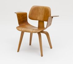 charles and ray eames; molded ash and maple plywood armchair for evans products, 1944-45.