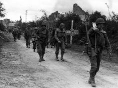 Fantassin de la 8e division d'infanterie américaine quittant La Haye-du-Puits après la libération de la ville, le 9 juillet 1944, qui a coûté de lourdes pertes aux troupes d'élite de la 82e US Airborne. © US Army