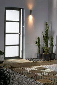 Invitez la lumière chez vous grâce à la porte d'entrée vitrée Créative Longitude. Un modèle qui s'harmonise à merveille avec une construction moderne comme une maison d'architecte. En PVC, RFP, bois ou encore alu, la porte Longitude se plie à tous vos désirs. Front Door Colors, Room Doors, Drawing Room, Feng Shui, Foyer, Pergola, Sweet Home, Architecture, Windows