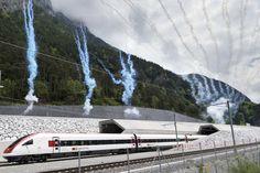 <p>TUT-TUT-TUNNEL: Her kommer det første toget ut fra den nordlige åpningen på jernbanetunnelen Gotthard, ikke langt fra Ertsfeld i Sveits. Den er verdens lengste - med god margin.</p>