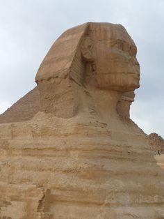 È la statua più grande mai costruita. La Sfinge con la sua possente testa di leone come precedentemente pensato custodì le tombe.