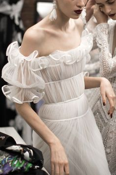 Naeem Khan Fall 2018 at New York Bridal Fashion Week (Pic: The Lane) Haute Couture Style, Couture Mode, Couture Fashion, Runway Fashion, Bridal Fashion, Look Fashion, Fashion Details, Street Fashion, High Fashion