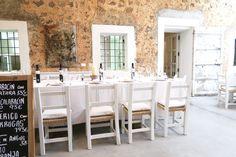 Verse vis, plateaus vol met kaas en gin & tonics | Ses Escoles Ibiza, white dining table, old school, diner table six persons, Ibiza restaurants