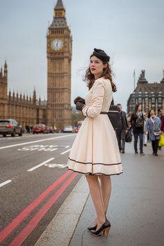 Fashion-Bloggerin RetroCat in einem 50er-Jahre-Outfit vor dem Big Ben in London