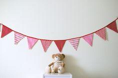 Guirlande composée de neuf fanions de tissus assortis couleurs et motifs fraises