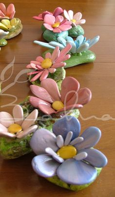 More painted rock flowers. Stone Crafts, Rock Crafts, Fun Crafts, Diy And Crafts, Crafts For Kids, Rock Sculpture, Pottery Sculpture, Pebble Mosaic, Pebble Art