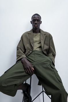 Cargo Pants Made Of Stretch Cotton Fabric. Front Pockets And Back Flap Pockets With Buttons. Flap Patch Pockets At Legs. Front Zip And Button Closure. Monochrome Outfit, Monochrome Fashion, Cargo Pants Men, Zara Man, Daily Look, What I Wore, Work Wear, Street Wear, Normcore