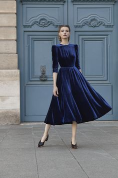 Платье из бархата Ulyana Sergeenko Demi-Couture// Ulyana Sergeenko velvet dress from Demi-Couture collection Blue Velvet Dress, Velvet Midi Dress, Velvet Dresses, Velvet Color, November Wedding Guest Outfits, Winter Wedding Outfits, Winter Outfits, Modest Fashion, Fashion Dresses