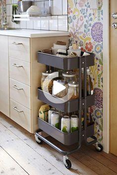 15 Möglichkeiten, den 30-Dollar-RÅSKOG-Wagen von IKEA in der Küche zu Kitchen Cabinets On Wheels, Kitchen Ikea, Kitchen Storage, Kitchen Decor, Small Kitchen Cart, Kitchen Rack, Kitchen Cupboard, Kitchen Cabinetry, Ikea Raskog