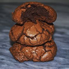 Şimdiye kadar böyle bir kurabiye yemedim, hem brownie gibi, hem de kurabiye gibi. Kekimsi bir kıvamı var ama kesinlikle kek değil, kurabiye demek için ise fazla truff tadında. Mutluluk ve çikolataya doyum garanti. Tarifin orijinalinde kurabiyeler bir sanatçı çalışma yapmış edasıyla çatlak çatlak, yayılmış, yine yumuşacık ve nemli