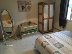 deuxième chambre avec lit en 180 et salle d'eau privative avec meuble relooké