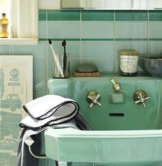 green bathroom 2 of my most favourite things - retro bathrooms and the colour mint green :) Mint Green Bathrooms, Vintage Bathrooms, Mint Bathroom, Bathroom Basin, Bathroom Colors, Warm Bathroom, Vintage Bathroom Decor, Small Bathroom, Master Bathroom