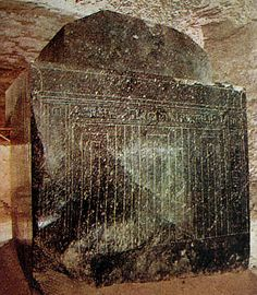 Einer der riesigen Stiersarkophage im Serapeum von Sakkara