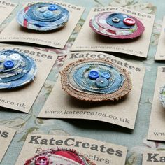 Funky Fabric Brooches from KateCreates Online - - Funky Fabric Brooches from KateCreates Online Recycling & Upcycling Funky Fabric Broschen von KateCreates Online – Inspiration Textile Jewelry, Fabric Jewelry, Textile Art, Jewellery, Fabric Beads, Fabric Art, Fabric Scraps, Fabric Flower Brooch, Fabric Flowers